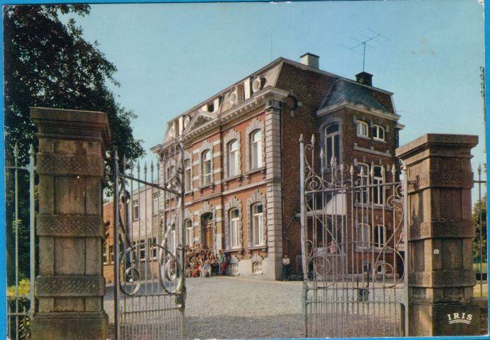 0022 - COMBLAIN-LA-TOUR – Carte postale : groupe sur escalier, côté grillage d'entrée