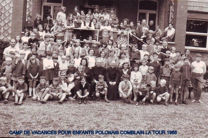 0023 - COMBLAIN-LA-TOUR – 1968 : groupe sur escalier du perron : BLAZKA Zdisław ; Ks KURZAWA ; Pani BARDO ; BARDO Georges; Pan Jan ; ( ? ) Jurek ; ………