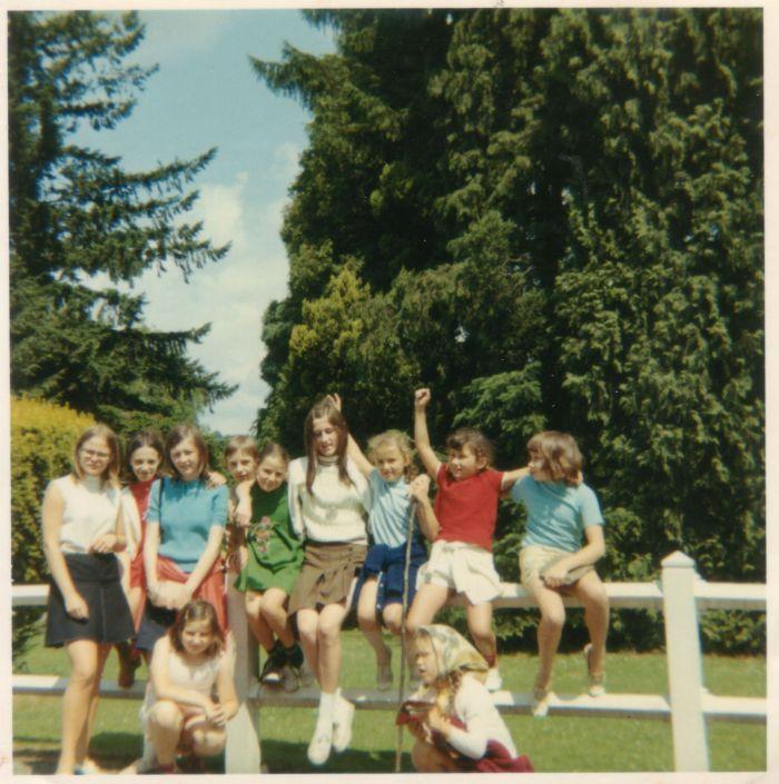 0029 - FANSON – Château de Fanson – groupe de filles : ( ? ) ; MOURY Patricia ; KONARSKI Danielle ; DZIEWIACIEN Jean-Pierre ; DUDZIAK Thérèse ; KONARSKI Christiane ; DUDZIAK Jeanine ; MLYNARSKI Patricia ; ( ? ) ;  Au premier plan, accroupies : BIERCZYK Bernadette ; ( ? )