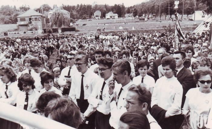 0036 - COMBLAIN-LA-TOUR – Messe à l'extérieur, devant le perron :  LAGOCKI Henri ; MIELCAREK Zygmund ; BLASZKA Zdzislaw ; …..