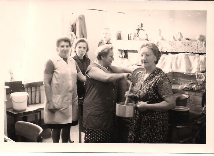 0040 - - COMBLAIN-LA-TOUR –  Les cuisinières : ( ? ) ; Mme Bernadette Ogonowski ( la maman de Dominique et Eveline ) ; ( ? ) ; Mme Załobek ( la grand-mère de Francine et Georges ) ; à l'arrière : Mr ( ? )