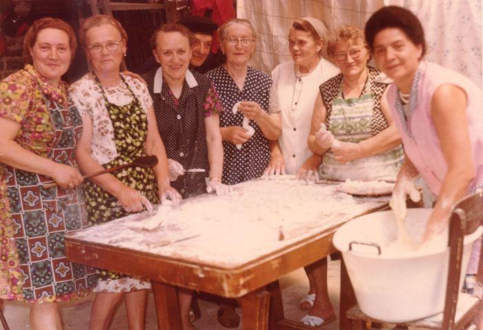0042 - COMBLAIN-LA-TOUR – Les cuisinières et l'intendance : ( ? ) ; Mme Martha Dziewiacien ( ma maman ) ; ( ? ) ; Mr Szczypanski ;  Mme Załobek ; ( ? ) ; ( ? ) ; ( ? )