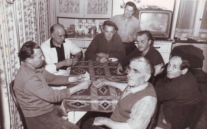 0045 - COMBLAIN-LA-TOUR – Les cuisinières et l'intendance : Mr Franek Bujanowski ; ( ? ) ; Pan Jan ; Mr Léon Warchulski ; ( ? ) ; ( ? ) ;  debout derrière : ( ? )