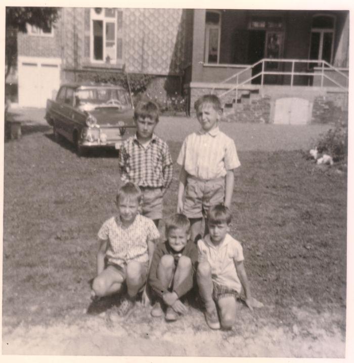 0065 : COMBLAIN-LA-TOUR – 1964 /1965 devant le perron : Debout : Pierre Front ; Richard Konarski ; Accroupis ;  Jean-Pierre Dziewiacien ; ( ? ) ; Pierre-Marie Pytel