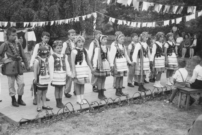 0032 - COMBLAIN-LA-TOUR – 1963 : spectacle en costumes polonais : Les filles à partir de la gauche : ( ? ) ; ( ? ) ; ( ? ) ; Sophie Nowak ; Fiutowski Marie-Françoise ; ( ? ) ; ( ? ) ; Nadine Kucharzewski.