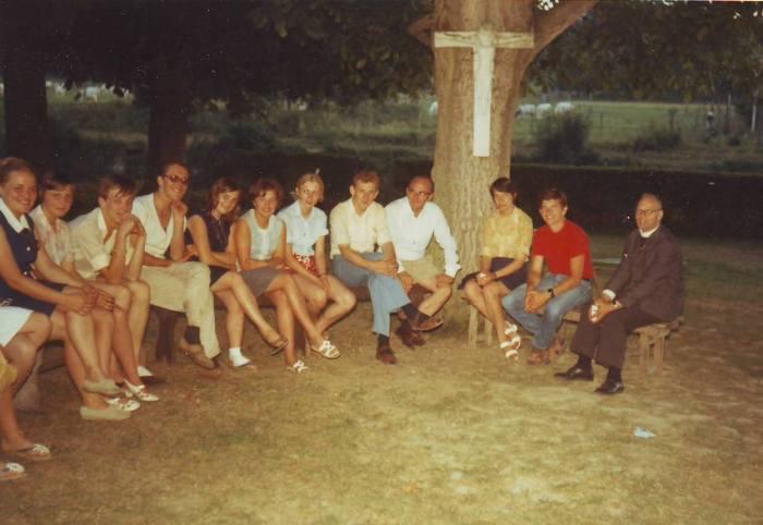 0070 - COMBLAIN-LA-TOUR – Dans le parc en nocturne : ( ? ) ; ( ? ) ; ( ? ) ; Franek Klimanowicz ; ( ? ) ; ( ? ) ; ( ? ) ; ( ? ) ; ( ? ) ; ( ? ) ; Krystof ? ; Ks Kurzawa