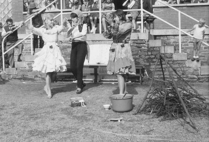 0071 - COMBLAIN-LA-TOUR : Ognisko – de jour – devant le perron : Les danseuses : ( ? ) ; Alice Bardo ; ( ? ) Sur l'escalier à gauche : Mr Bardo