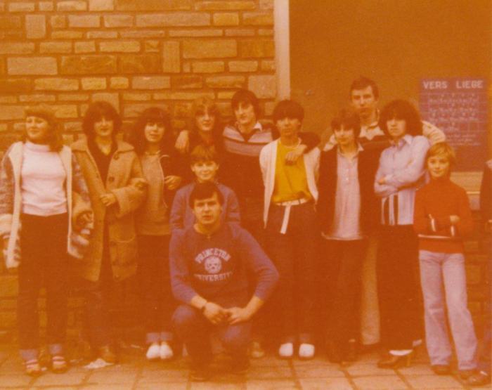 0080 : COMBLAIN-LA-TOUR – 1979 : A la gare, le jour du départ : Accroupi : Richard Szymczak ; les 2 petits garçons : ( ? ) ; ( ? ) Debout : Thérèse Spiewak ; Béatrice Laffut ; Nathalie Swiderski ; Fabienne Laffut ; Michel Konarski ; Isabelle Swiderski ; Hélène Piech ; ( ? ) ; Richard Chwoszcz.