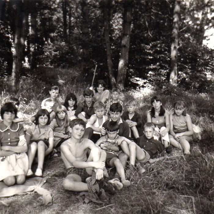 0090 : COMBLAIN-LA-TOUR – Halte dans les bois : Devant, Francis Leleux ; allongé aux pieds d'Alice Bardo, Jean-Pierre Dziewiacien ; à la droite d'Alice, Bernard Pytel ; au fond, au centre Raymond Mielcarek, avec à sa droite Pierre Front et à sa gauche, Mirka Tchajka
