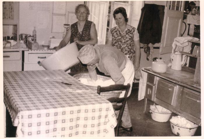 0095 : COMBLAIN-LA-TOUR – Dans la cuisine : Mr Franek Bujanowski ; Mme Martha Dziewiacien ; Mme Anna Dudziak.