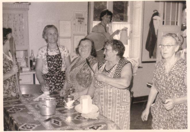 0097 : COMBLAIN-LA-TOUR – Dans la cuisine :Mme Anna Dudziak ; Mme Martha Dziewiacien ; ( ? ) ; ( ? ) ; Mme Weronika Załobek ; A l'arrière plan : ( ? ).