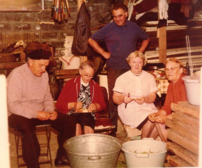 0098 - COMBLAIN-LA-TOUR – Cuisinières et cuisiniers au travail : Mr Szczypanski ; Mme Weronika Załobek ; ( ? ) ; Mme Martha Dziewiacien ; A l'arrière plan : ( ? ).