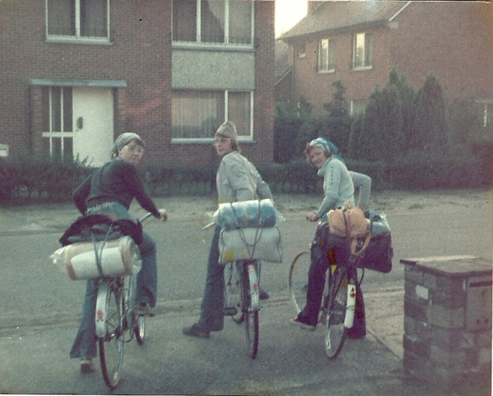 100_1974 : HEUSDEN – 1974 : En route, à vélo, pour COMBLAIN : Regina Gymza ; Igor Gymza ; Monica Nauschutz.