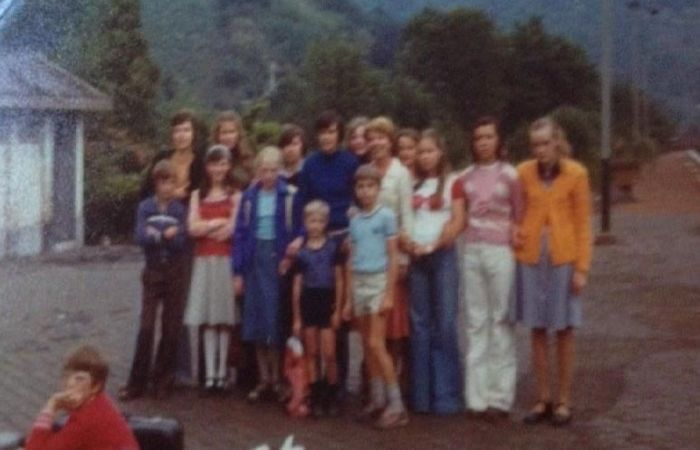 0121_1976 : COMBLAIN-LA-TOUR – 1976 : Sur le quai de la gare : A l'avant-plan, les 2 petits garçons : Eric Kotarzewski ; ( ? ) ; Au premier rang : Philippe Pietka ; ( ? ) ; Maryline Stefanski ; Dominique Ogonowski ; Patricia Jakobowski ; Liliane Kiełtyka ; Isabelle Swiderski ; Dominique Stefanski ; Au deuxième rang : Georges Bardo ; les sœurs Milik : Charlotte et Karine ; Fabienne Laffut ; Béatrice Laffut.