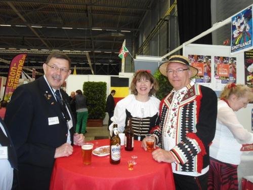 0124 : LA LOUVIERE – Stand des Polonais du Centre : Jean-Luc Dupont ; Sylvie Jelen ; Christian Kucinski.