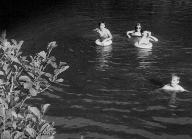 0125 : COMBLAIN-LA-TOUR – Dans l'Ourthe : Dominique Ogonowski ; avec les lunettes de soleil, Liliane Kiełtyka ; Isabelle Swiderski ; Pierre Rozenski.