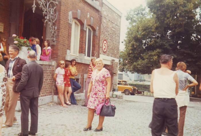 0126 : COMBLAIN-LA-TOUR – Devant l'escalier latéral : Mr Jóseph Rzemieniewski ; Ks Kurzawa ; Pani Ludka Merta ; Pan Jan.