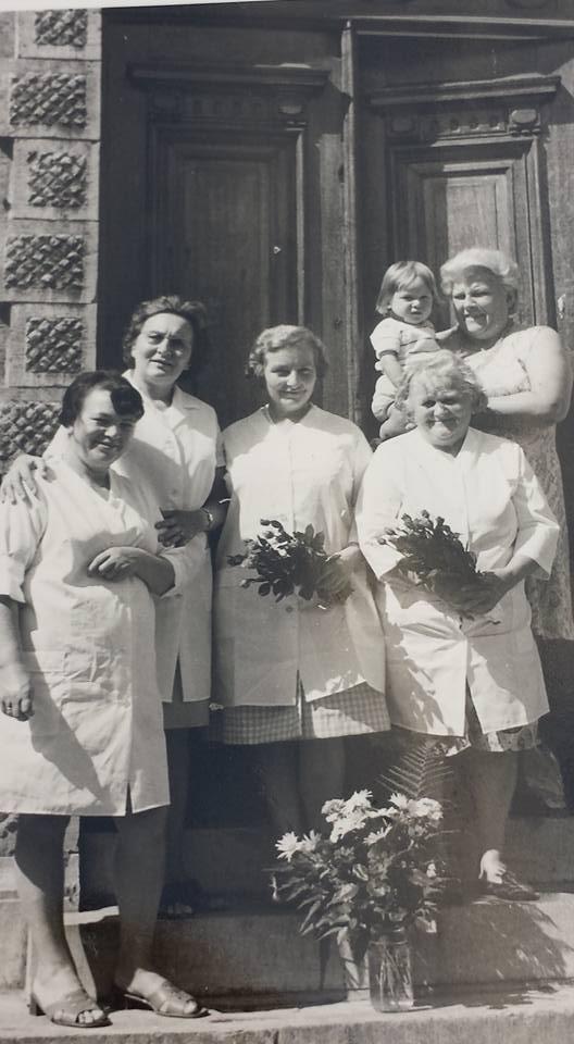 0127 : COMBLAIN-LA-TOUR – Sur l'escalier de l'entrée : Aux cheveux noirs, elle venait chaque année de Pologne pendant 2 mois pour travailler aux cuisines ; Mme Bardo ; Mme Koldziejka ; ( ? ) ; Pani Ludka Merta ; l'enfant ( ? ).