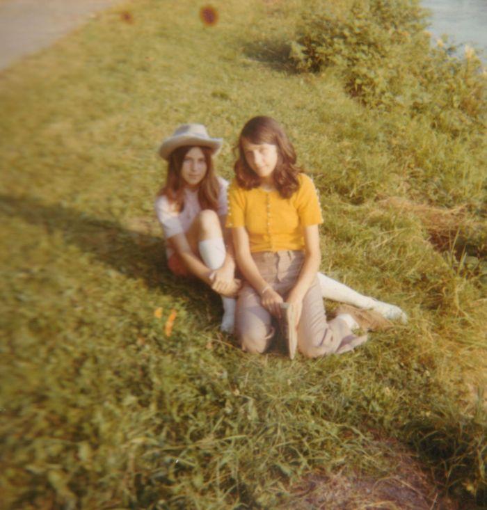 0128 : COMBLAIN-LA-TOUR – Dans le parc : Violette ? ; Eveline Ogonowski.