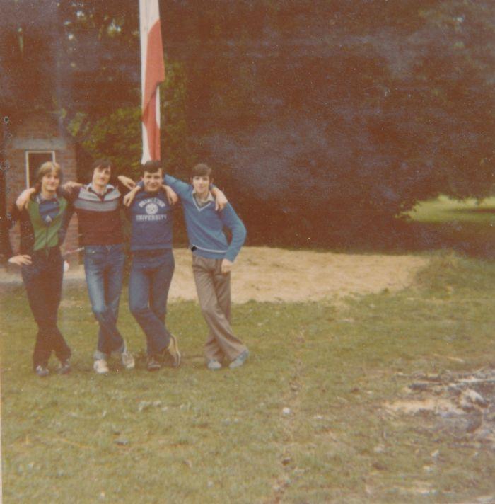 0115 : COMBLAIN-LA-TOUR – 1979 : Devant le drapeau : Piotr Rozinski ; Michel Konarski ; Richard Szymczak ; Freddy Motala.