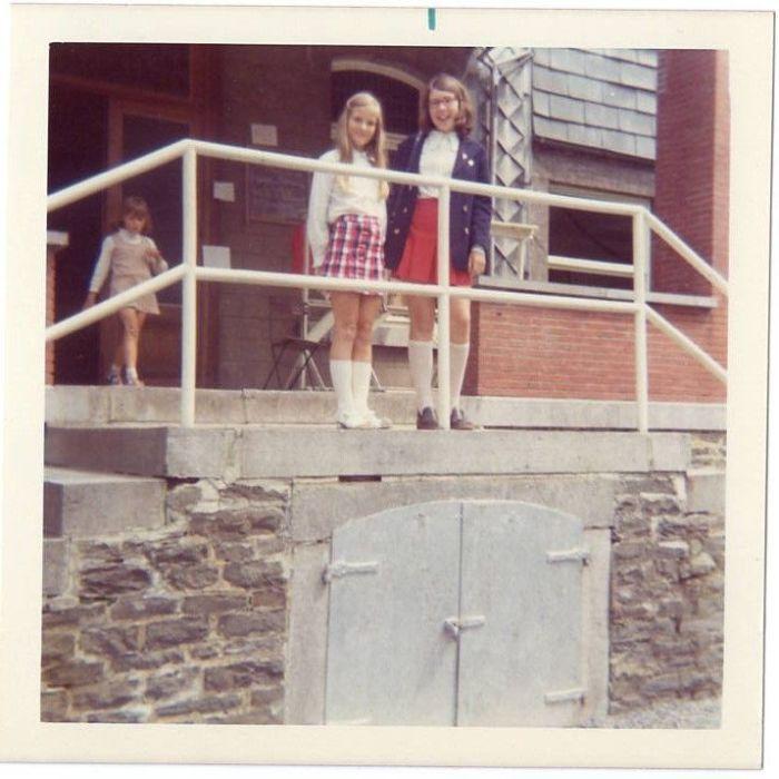 129 - 1972 : COMBLAIN-LA-TOUR : Sur le perron : Elisabeth Rozenski ; Regina Gymza.