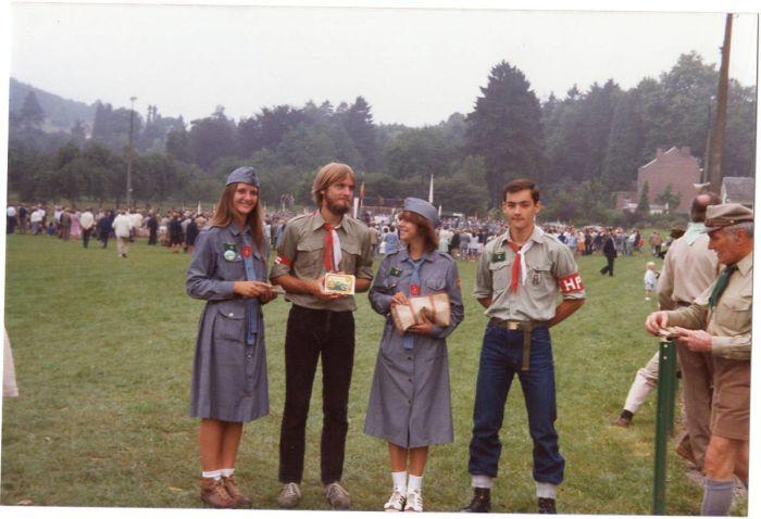 130 - 1982 : COMBLAIN-LA-TOUR – Jamboree à Comblain, sur le terrain de football : Elisabeth Rozenski ; Pierre Rozenski ; Cécile Danielewski ; Heniek Zapalowski.