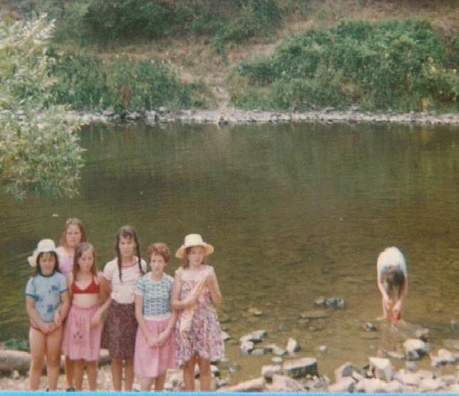 134 - 1976 : COMBLAIN-LA-TOUR – Le camp des gitans : Monique kiełtyka ; Thérèse Spiewak ; Beata Nowicki ; Nathalie Swiderski ; Gisele Wojas ; ( ? ).