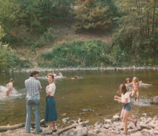 135 - 1976 : COMBLAIN-LA-TOUR – Le camp des gitans : César ( de Liège ) ; Patricia Jakobowska.