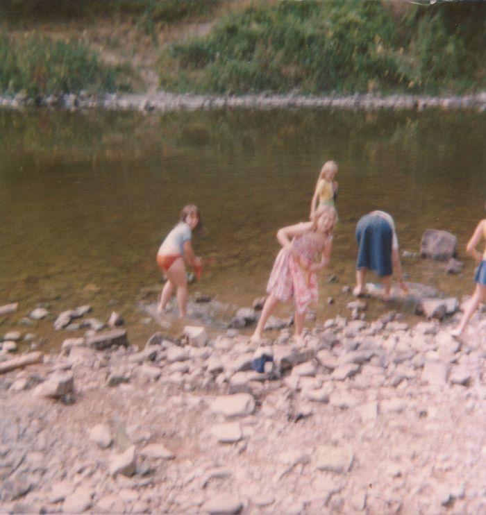 136 - 1976 :COMBLAIN-LA-TOUR – Le camp des gitans : Monique Kiełtyla ; Gisèle Wojas ; Patricia Jakobowska avec la jupe en jeans.
