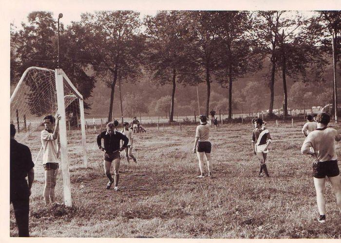 0156_1967 : COMBLAIN-LA-TOUR : Terrain de football : Le match. Le gardien de but Heniek Kurek, à l'arrière de face Raymond et le premier, de dos, André Karasinski.