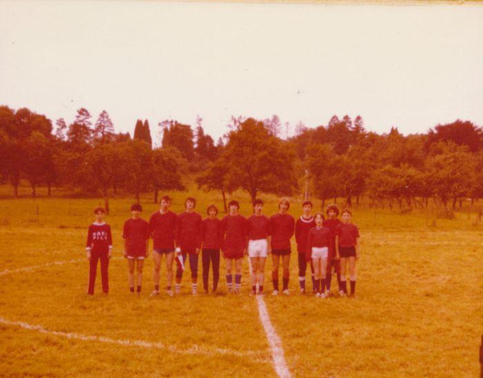 0158_1981 : COMBLAIN-LA-TOUR – 1981 : Terrain de football : ( ? ) ; ? Tomassi ; Richard Chwoszcz ; Michel Konarski ; Michel Łagocki ; Freddy Motala ; Georges Załobek ; Pierre Rozenski ; Heniu Zapalowski ; ( ? ) ; Giovanni ? ; ( ? ).