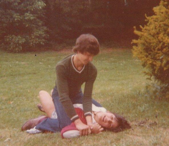 0163_1976 : COMBLAIN-LA-TOUR : Dans le parc : Michel Pietka, au dessus ; Maryline Desmet, en dessous
