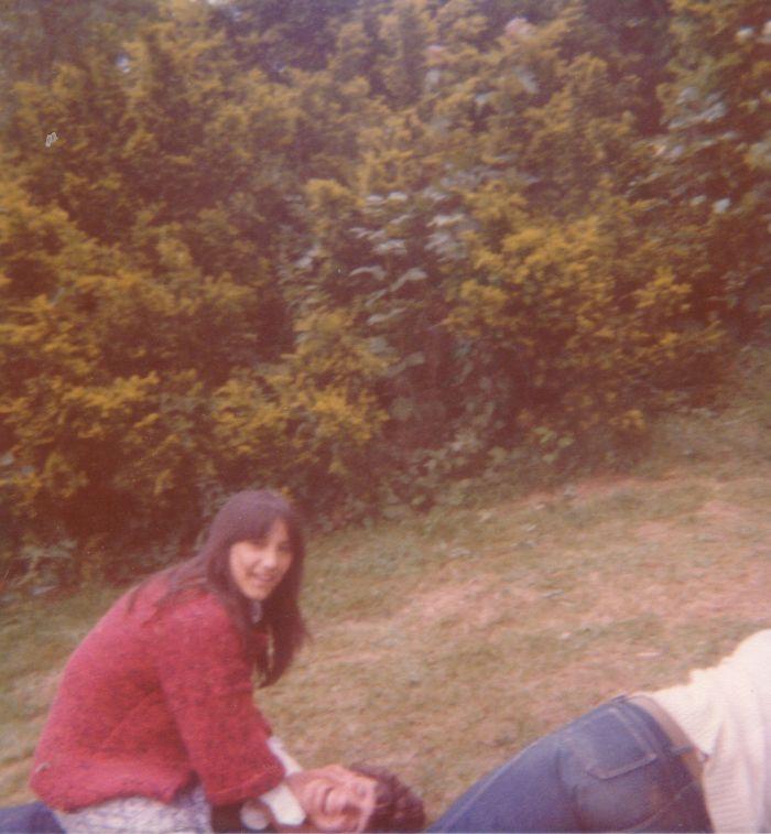 0164_1976 : COMBLAIN-LA-TOUR :: Dans le parc : Maryline Desmet, au dessus ; Michel Pietka, en dessous