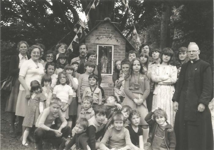 0173_1978 : COMBLAIN-LA-TOUR :: Devant la petite chapelle : Pani Bardo ; Fabienne Laffut ; ? ……………