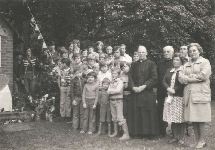 0174_1978 : COMBLAIN-LA-TOUR : Devant la petite chapelle : Ks Kurzawa ; Ks Kejke ; Pani Bardo ; Mr Paterka ; Michel Konarski ; Richard Szymczak ; ?….