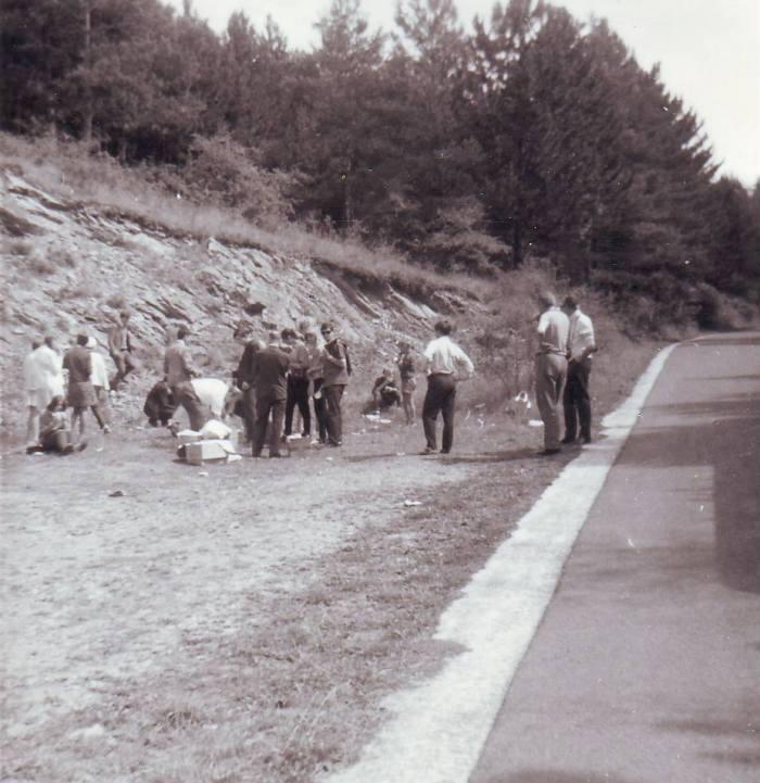 0178 : COMBLAIN-LA-TOUR : Promenade et arrêt au bord de la route : Un groupe en promenade ( collection Zdzisław Blaszka ).