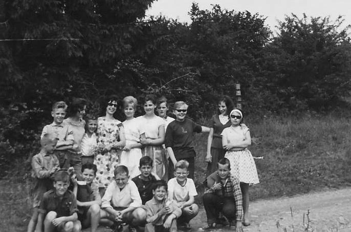 0179 : COMBLAIN-LA-TOUR : Rencontre, au bord de la route, d'un groupe de filles et d'un groupe de garçons : Accroupis : ( ? ) ; ( ? ) ; ( ? ) ; Paul Jędrzejczyk ; Jean Paluszkiewicz ; ( ? ) ; ( ? ). Debout : ( ? ) ; ( ? ) ; ( ? ) ; ( ? ) ; ( ? ) ; Jeanine Grajesz ; Irène Jamka ; Thérèse Sierkowicz ; François Chwoszcz ; ( ? ) ; ( ? ) ( collection Zdzisław Blaszka ).
