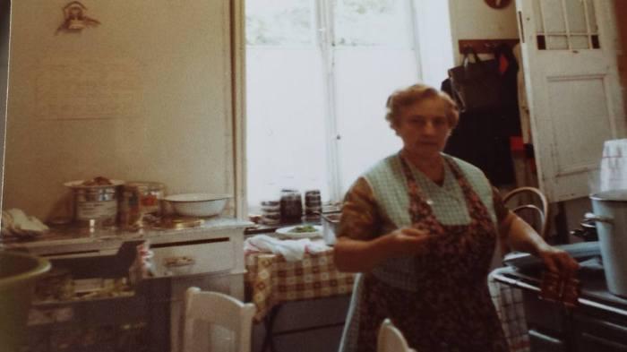 0182 : COMBLAIN-LA-TOUR : Dans la cuisine : Mme Koldziejka.