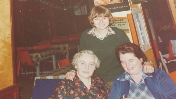 0183 : COMBLAIN-LA-TOUR : Dans le réfectoire : Assise : Mme Koldziejka ; ( ? ). Debout : la jeune fille en vert, c'est la petite fille d'une dame de Pologne qui venait chaque année travailler en cuisine.