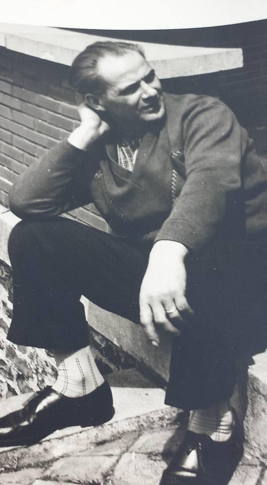 0184 : COMBLAIN-LA-TOUR : Sur le perron : Le grand-père de Béatrice et Fabienne Laffut ; il décédé en 1968.
