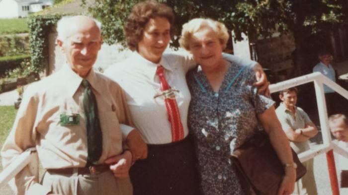 0185 : COMBLAIN-LA-TOUR : Sur le perron : ( ? ) : Béatrice Laffut ; Mme Koldziejka - ce sont d'anciens scouts.