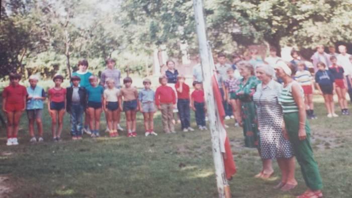 0186 : COMBLAIN-LA-TOUR : Montée du drapeau : Les cuisinières à l'honneur lèvent le drapeau : au centre : Mme Koldziejka, à sa droite, c'est Madame Witecki, qui travaillait également aux cuisines, l'autre dame venait aussi de Pologne.