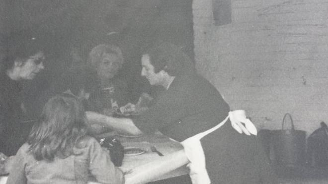 0187 : COMBLAIN-LA-TOUR : Majówka Mme Koldziejka vendant de la choucroute à la majówka.